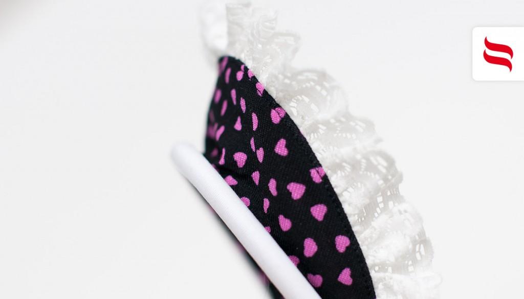 Uzupełnieniem stroju jest urocza opaska wykonana z materiału w serduszka wykończonego drapowaną falbanką.