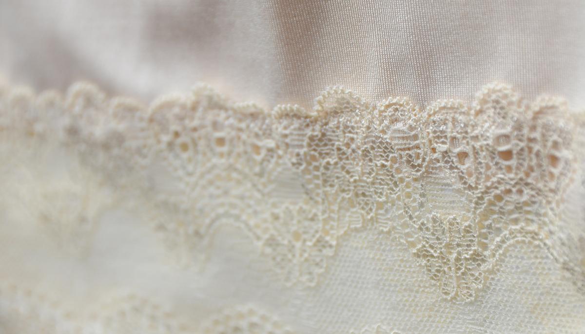 Lekko rozciągliwa tkanina została uzupełniona koronkowymi aplikacjami w tym samym kolorze