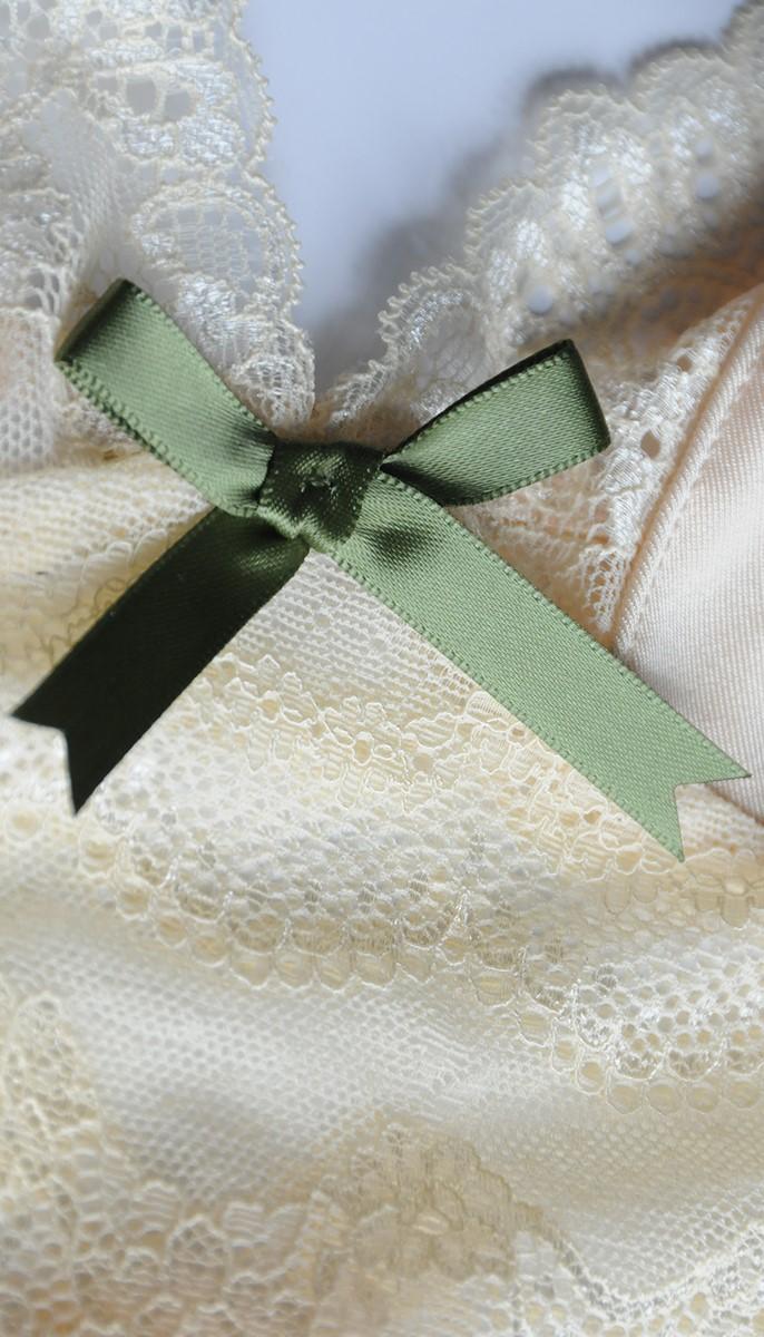 Oliwkowe dodatki pięknie kontrastują z jasną tkaniną