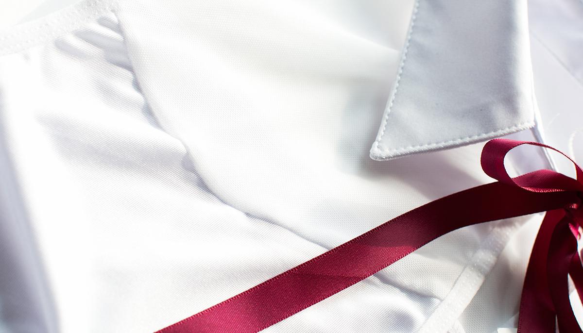 Biały top wiązany pod szyja nadaje całości seksownej elegancji