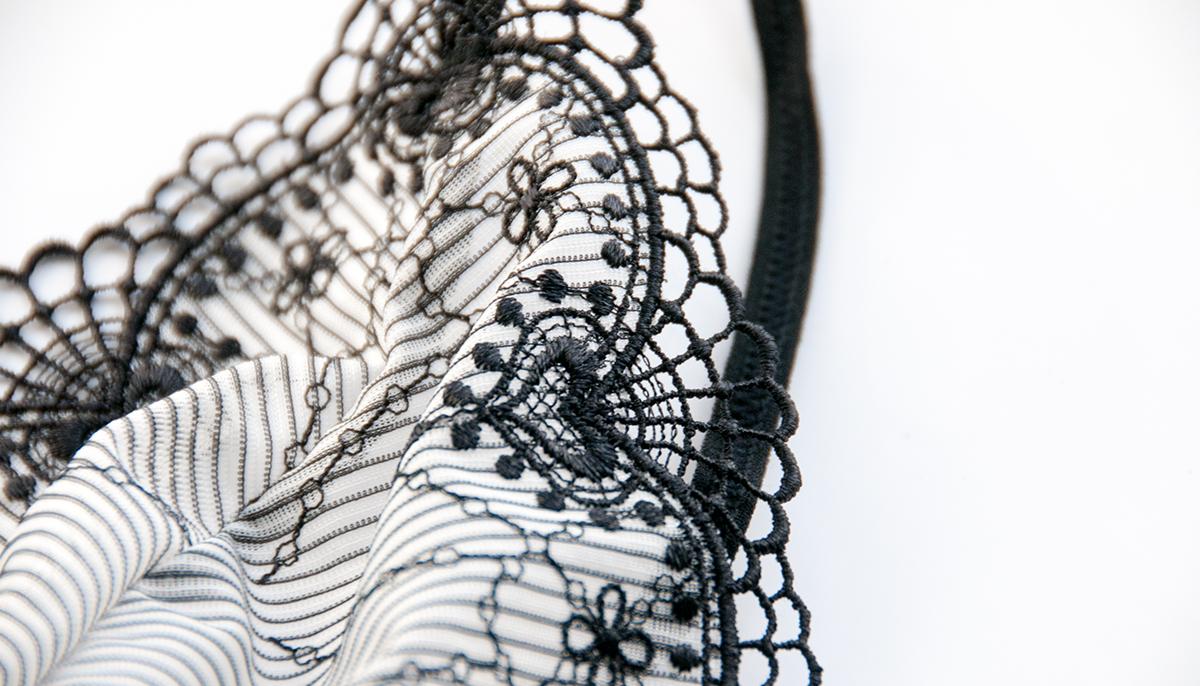 Miękkie miseczki zostały pięknie podkreślone czarnymi wykończeniami.