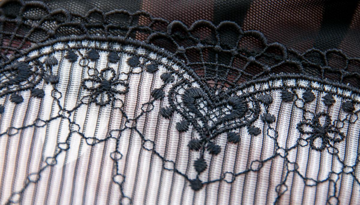 Greyla łączy delikatną siateczkę z prążkowanym materiałem.